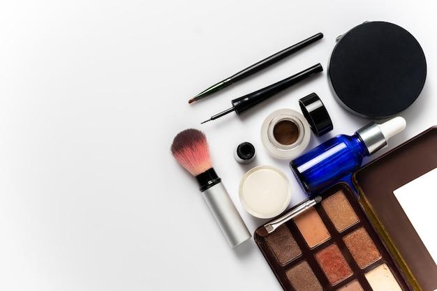 Molti cosmetici per il trucco e la bellezza delle donne su sfondo bianco