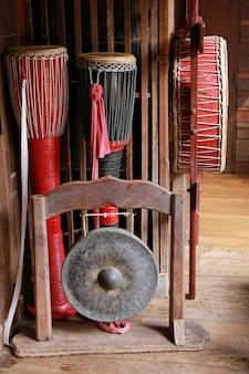 Molti dei tamburi in stile thai