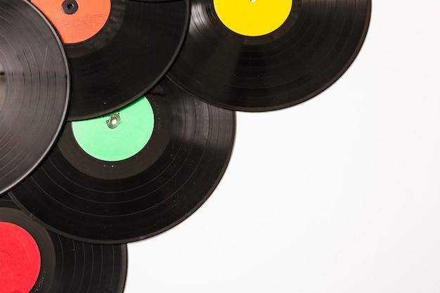 Molti dischi in vinile su sfondo bianco