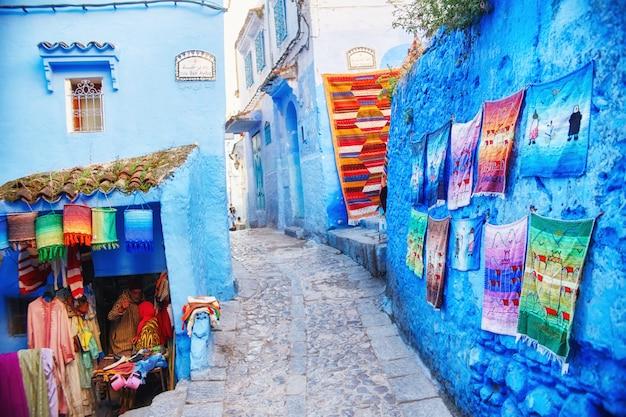 Molti diversi souvenir e regali nelle strade di chefchaouen