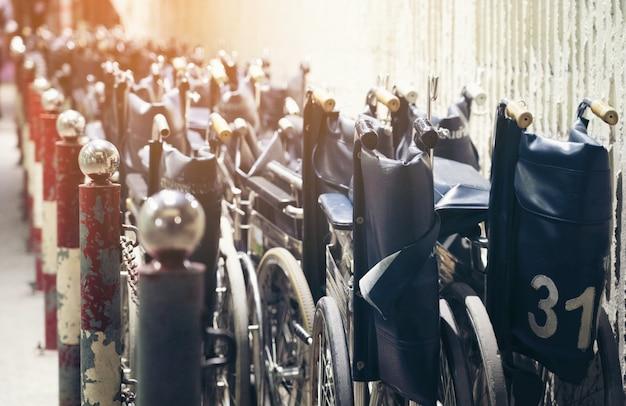 Molti fila di vecchia sedia a rotelle che sta nella hotpital