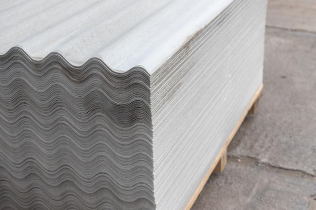 Molti fogli di ardesia grigi sono impilati uno sopra l'altro. motivo a strisce ondulate
