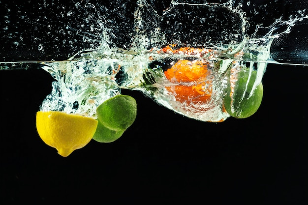 Molti frutti spruzza nell'acqua