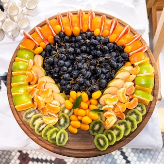 Molti frutti sul piatto di legno