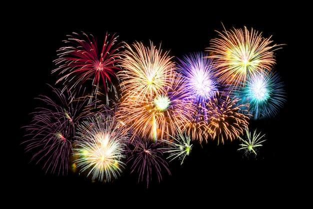 Molti fuochi d'artificio su fondo nero
