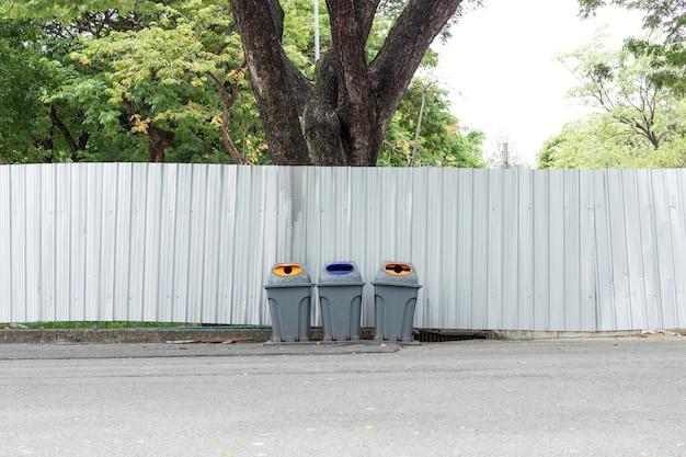 Molti grandi cestini per la spazzatura, il riciclaggio e lo spreco del giardino