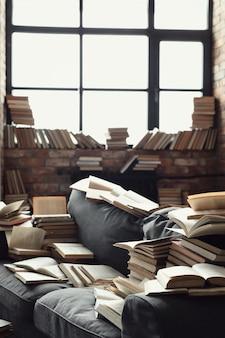 Molti libri sdraiati sul divano. nessuno