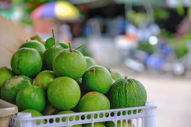 Molti mandarino in un cestino di capelli di legno.