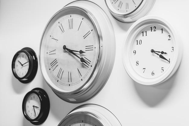 Molti orologio moderno stile vintage sul muro