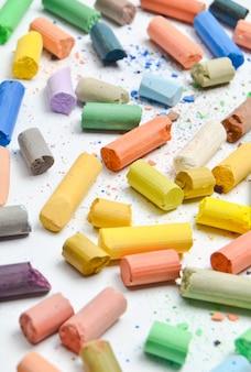 Molti pastelli pastelli multicolori.