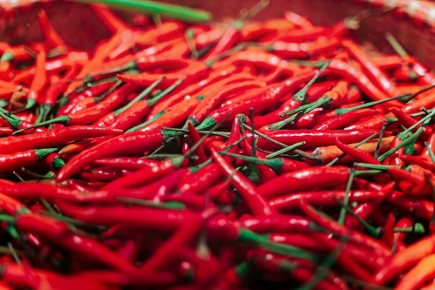 Molti peperoncini roventi freschi