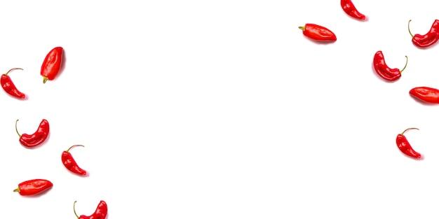 Molti peperoncini roventi su una priorità bassa bianca.