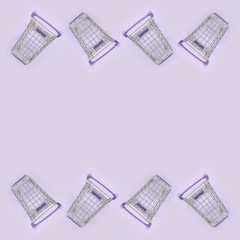 Molti piccoli carrelli della spesa su viola