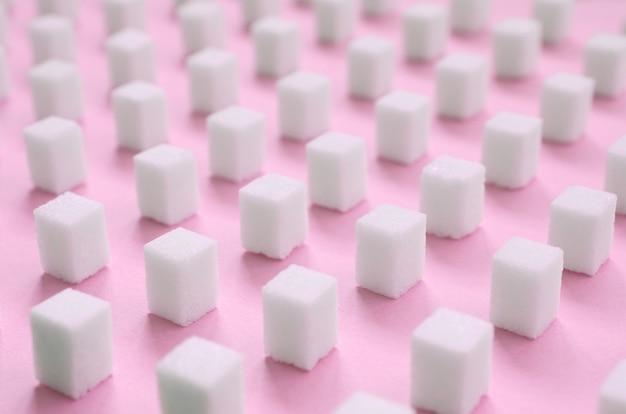 Molti piccoli cubetti di zucchero