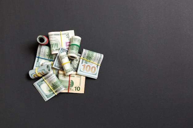 Molti pila di banconote da 100 dollari. isolato su wiev superiore colorato con copyspace