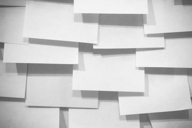 Molti post-it note e ombre - effetto bianco e nero
