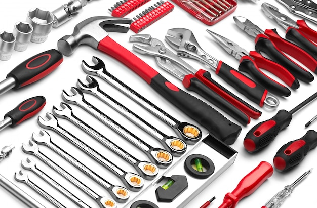 Molti strumenti del riparatore su fondo bianco