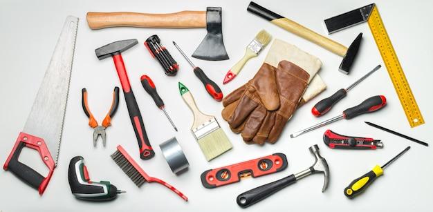 Molti strumenti su bianco