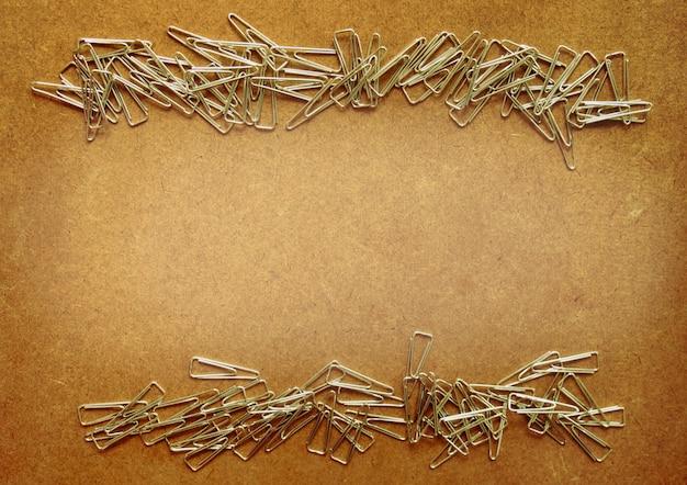 Molti telaio in metallo clip sul tavolo di legno marrone per lo sfondo, hanno copia spazio per mettere il testo