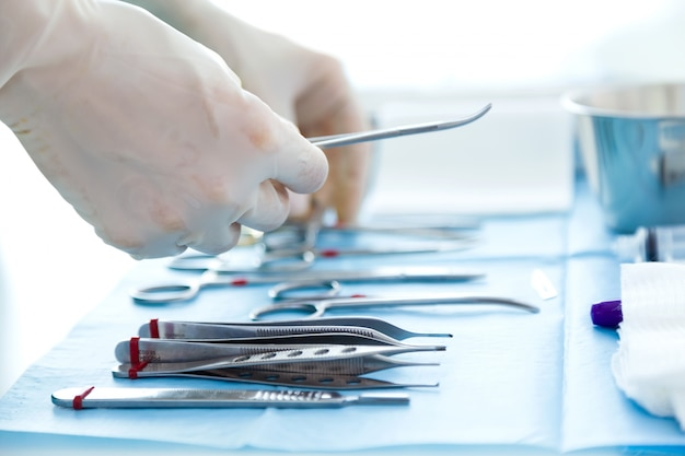 Molti tipi di apparecchiature mediche gestiscono il chirurgo per iniziare le operazioni in sala operatoria.