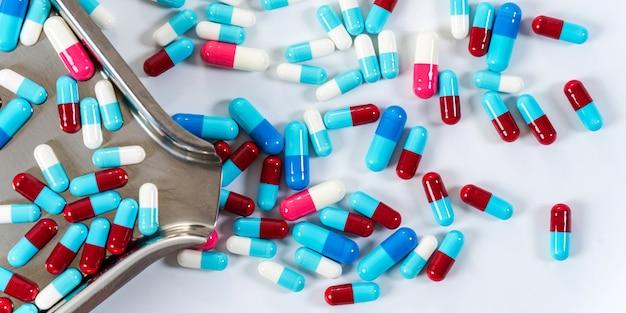 Molti tipi di capsule di pillole di farmaci