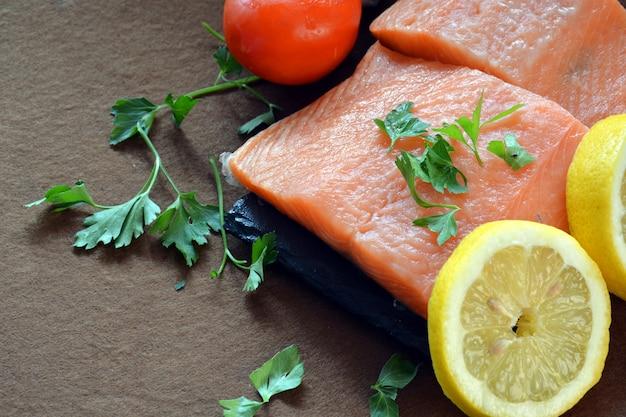 Molti tipi di pesci sul tavolo