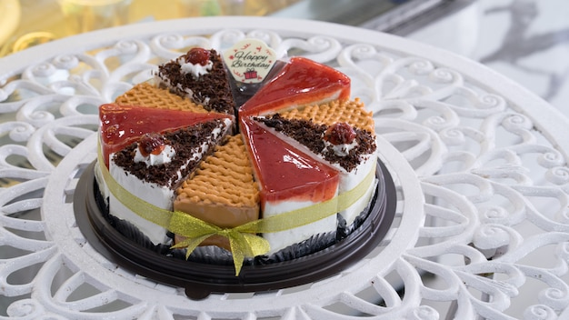Molti tipi di torte combinati in sterline per buon compleanno
