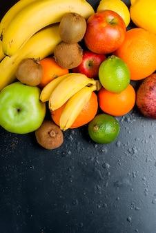 Molti vari frutti su uno sfondo nero