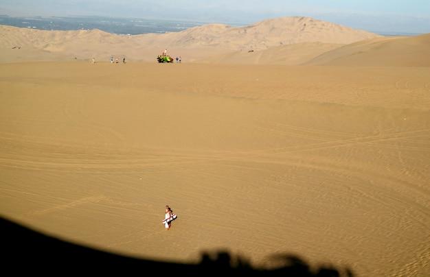 Molti visitatori apprezzano le attività all'aperto nel deserto di huacachina, in perù