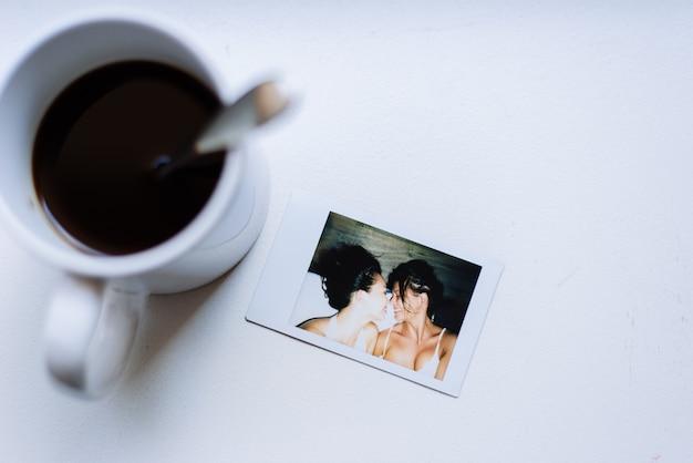 Momenti di lifestyle di coppia omosessuale a casa. foto concettuale sull'omosessualità