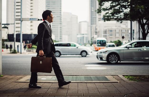 Momenti di uomo d'affari senior per le strade di tokyo