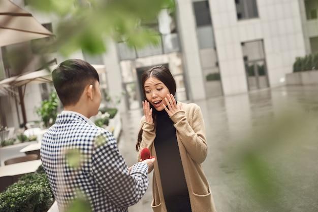 Momento emotivo offerta di matrimonio ragazza asiatica felice.