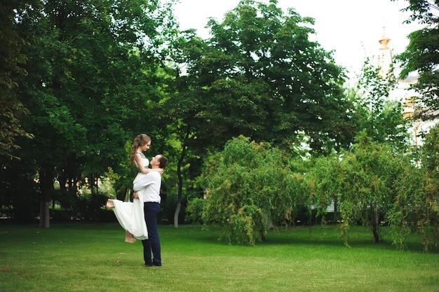 Momento romantico del matrimonio, coppia di sposi sorridenti, abbraccio di sposi