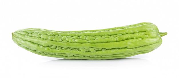 Momordica charantia su sfondo bianco. zucca