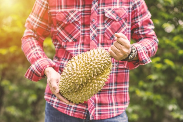 Mon thong durian frutto in mano