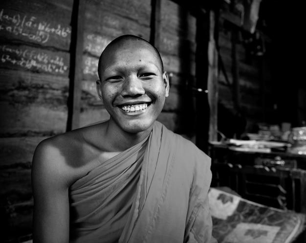 Monaco cambogiano sorridente.