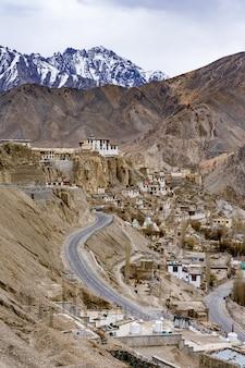Monastero buddista di lamayuru all'interno della regione himalayana indiana del ladakh, kashmir.
