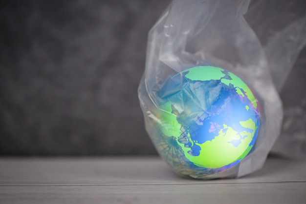 Mondo della plastica o giornata mondiale dell'ambiente, il pianeta terra in un divieto di sacchetti di plastica dice che nessun inquinamento di plastica a zero rifiuti riciclati