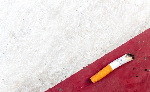 Mondo nessun concetto di giornata del tabacco. sigarette sul fondo della strada del cemento