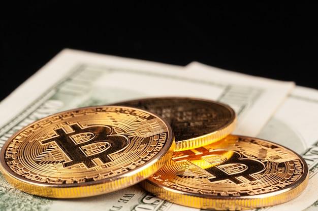 Moneta bitcoin dorata e dollari americani