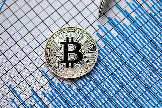 Moneta criptovaluta bitcoin con penna d'argento