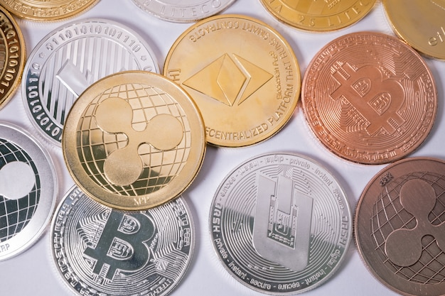 Moneta d'increspatura xrp su altre monete. concetto di criptovaluta virtuale.