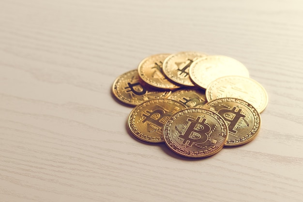 Moneta d'oro bitcoin. concetto di criptovaluta. sfondo di valuta virtuale.
