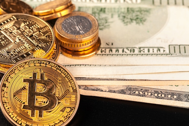 Moneta d'oro bitcoin e dollari americani
