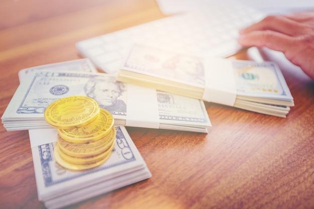 Moneta di criptovaluta bilancia su dollari di denaro.