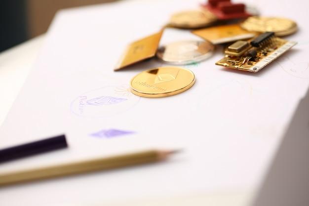 Moneta dorata di ethereum che si trova al primo piano della tavola