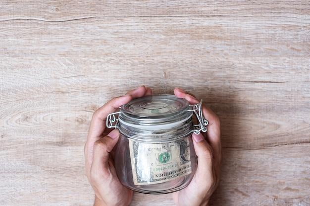 Moneta in barattolo di vetro. giornata mondiale del risparmio, affari, investimenti, pianificazione della pensione