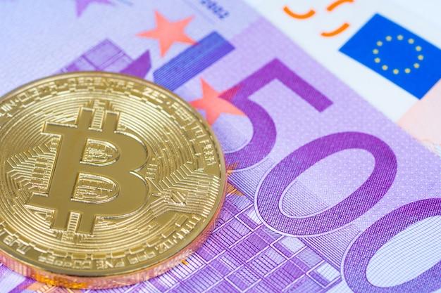 Moneta metallica di bitcoin sulla fine della banconota da 500 euro su