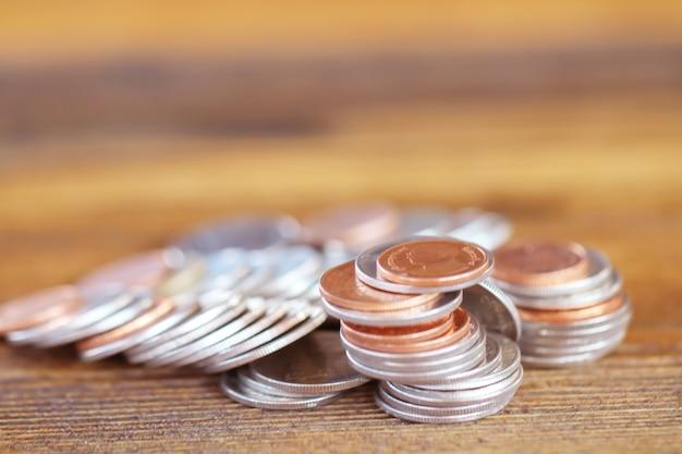 Moneta su fondo in legno