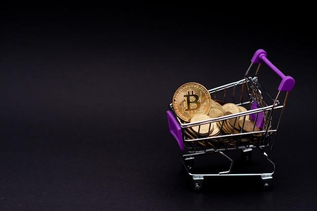 Monete bitcoin in un carrello
